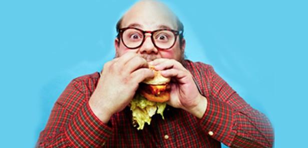 hamburger yiyen adam