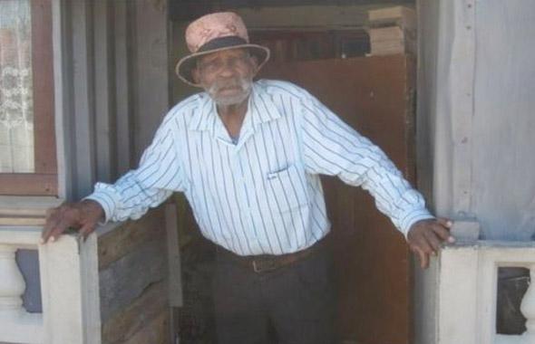 114 yaşındaki dünyanın en ihtiyar adamı sigarayı bırakmaya çalışıyor