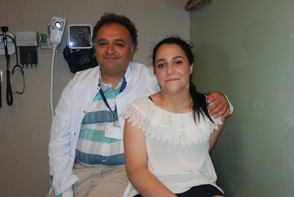 Doç. Dr. Mehmet Veli Karaaltın ve hastasıNeval Akter.
